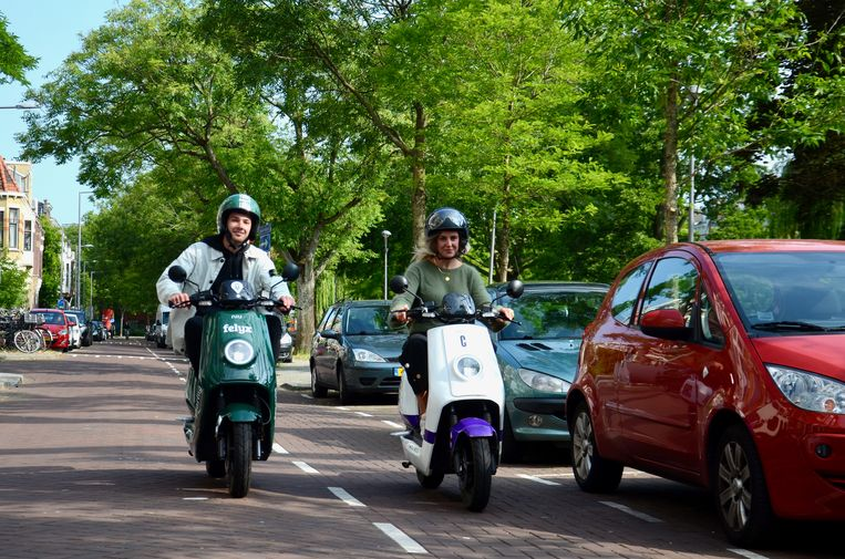 De scooters van aanbieders Felyx en Check. Beeld Check