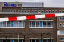 Roodwit lint bij het ziekenhuis in Gorinchem. Het ziekenhuis is 'op slot' gegaan nu duidelijk is geworden dat hier een week lang een patiënt heeft gelegen met het coronavirus. Ze lag niet in isolatie.