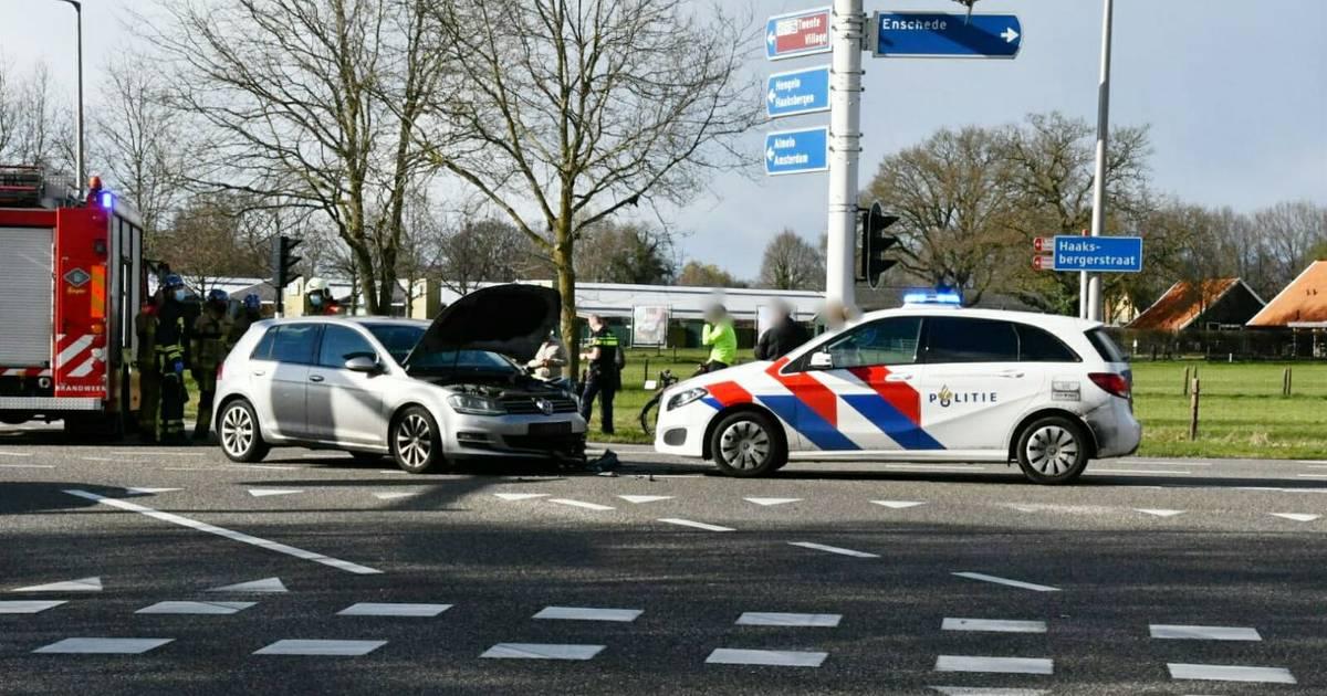 Gewonde bij aanrijding op kruising in Enschede: flinke vertraging op de weg.