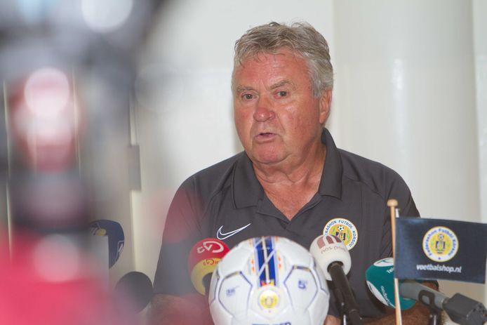 Guus Hiddink als trainer van Curaçao.