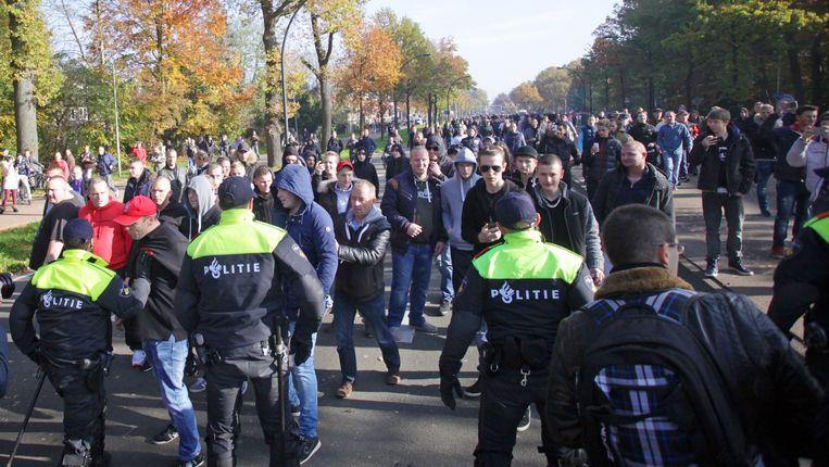 Deelnemers aan een betoging tegen de komst van een asielzoekerscentrum in Enschede Beeld anp