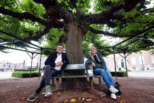 Peter van der Wulp (l.) en Jennie Boer bij de Moeierboom in Etten-Leur. De boom is verkozen tot Boom van het Jaar 2020. Het is een geliefde ontmoetingsplek in het hart van Etten-Leur.
