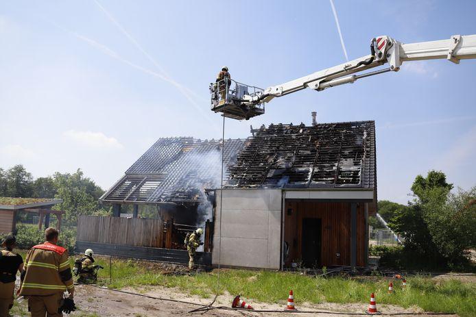 De schade aan het dak is enorm, de brandweer blust na.
