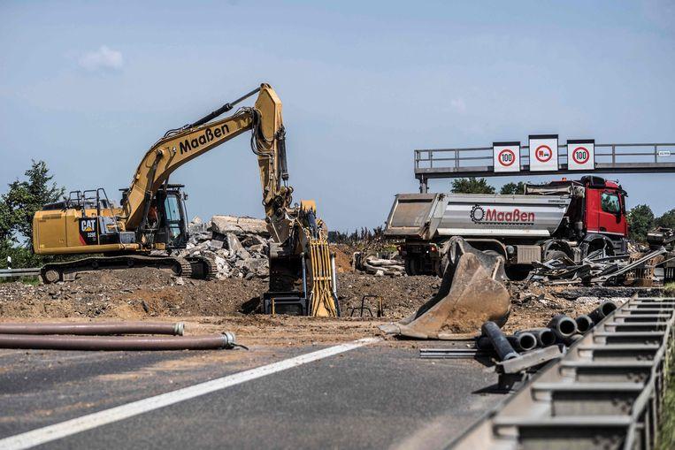 Op de A61 tussen Keulen en Koblenz wordt er flink gewerkt aan de weg om de schade van het noodweer te herstellen.  Beeld AFP