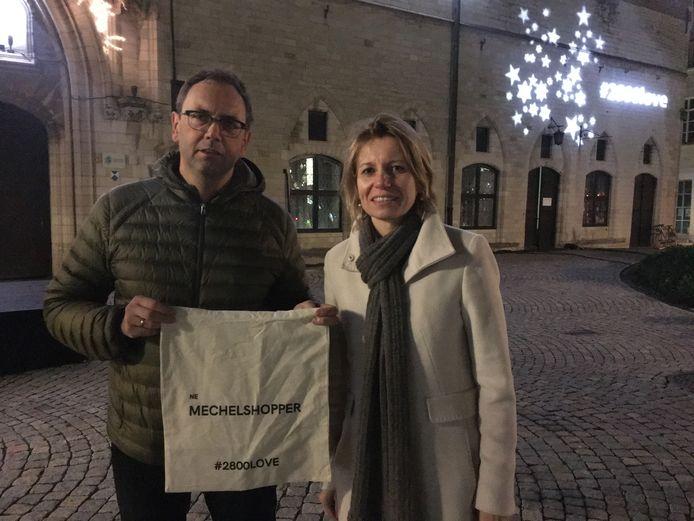 MECHELEN - Schepen Greet Geypen (rechts) en Geert Millis van Mechelen MeeMaken met hun shoppingbag en kerstboodschap