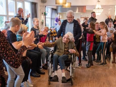 Groep zes danst met demente ouderen in Lemerlerveld en laat ze weer stralen