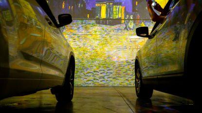 Indrukwekkend: schilderkunst Vincent van Gogh omringt autopassagiers