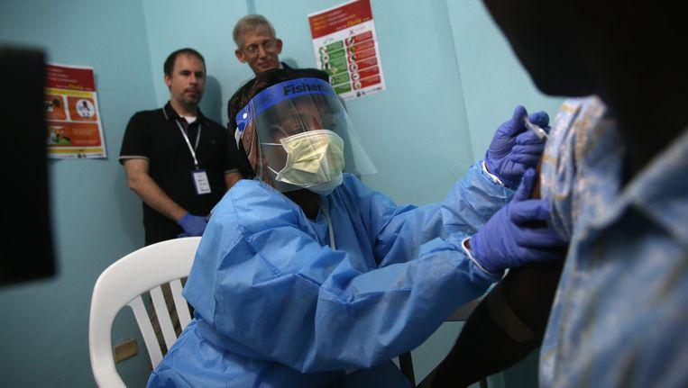 Een verpleegkundige behandelt een Liberiaan met het ebola-vaccin dat nu wordt getest. Beeld getty