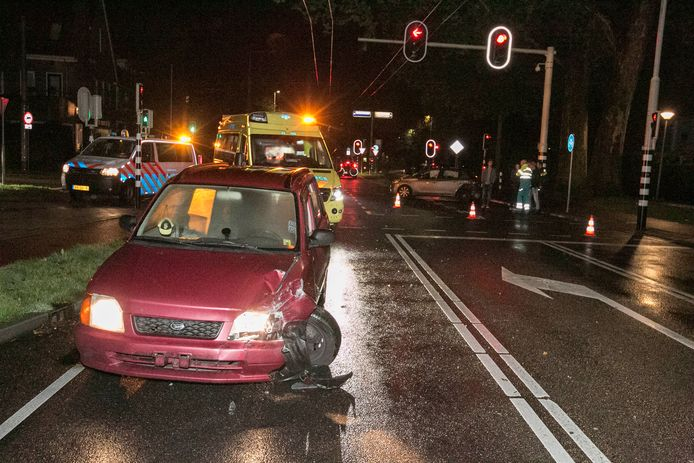 De bestuurder van de auto is na het ongeval op de vlucht geslagen.