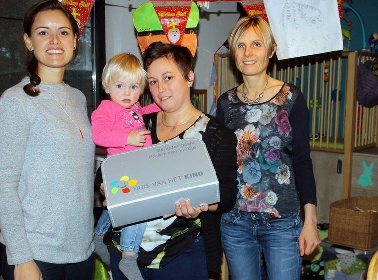 Schepenen van jeugd Leen Gielen (CD&V) en Ann Van Dorpe (CD&V) met centraal de zindelijkheidskoffer.