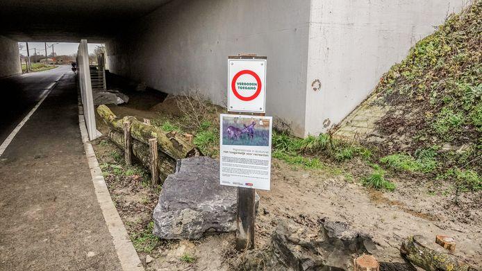 Wandelaars en fietsers mogen de onverharde strook niet betreden omdat de dieren anders afgeschrikt worden.