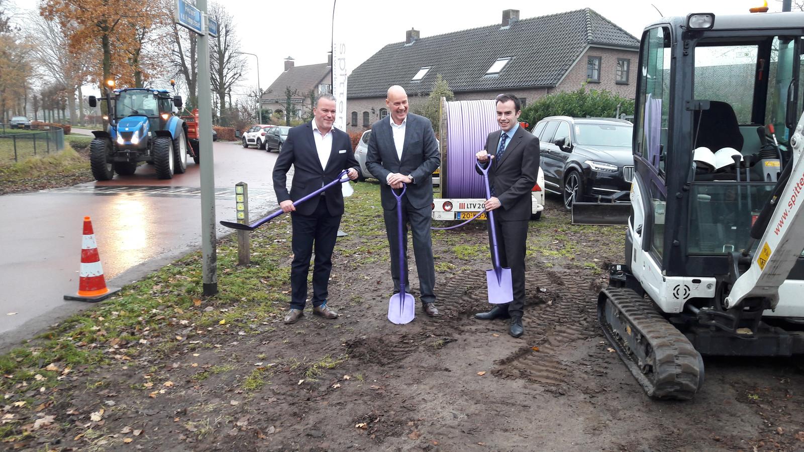 De Osse wethouder Frank den Brok (links) en zijn Bossche collega Mike van der Geld (rechts) zetten samen met directeur Eric Vos van E-fiber de schop in de grond voor het glasvezelnetwerk in Geffen, Nuland en Vinkel.