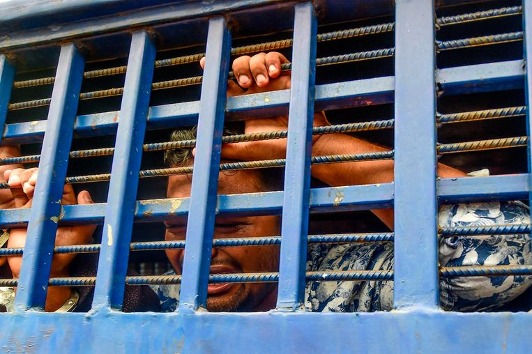 Een verdachte in een vervoersmiddel, reagerend op het oordeel. Beeld AFP