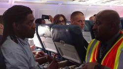 """""""Ik probeerde het op te houden, maar het was een noodgeval"""": man moet van vliegtuig omdat hij toilet gebruikte"""
