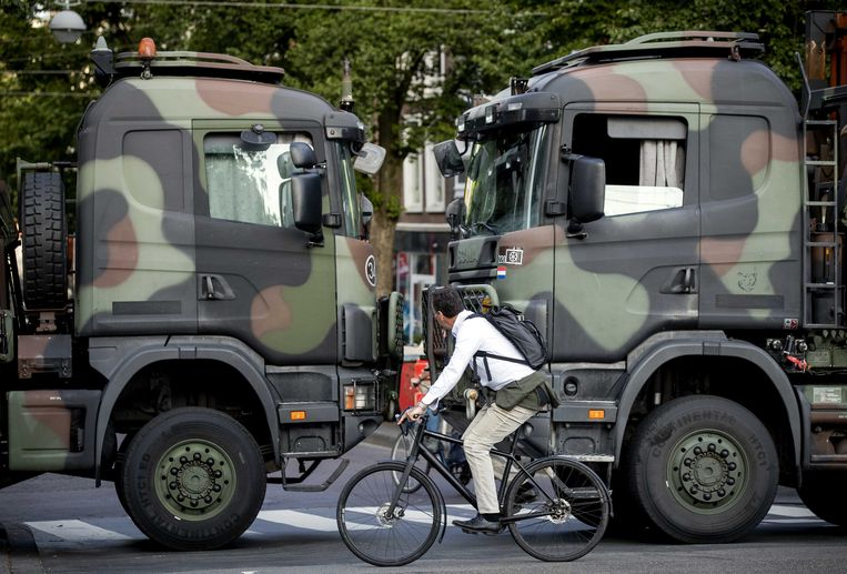 Vrachtwagens van Defensie blokkeren de toegangswegen naar het Binnenhof in Den Haag vanwege een aangekondigd boerenprotest op het Malieveld. Beeld ANP