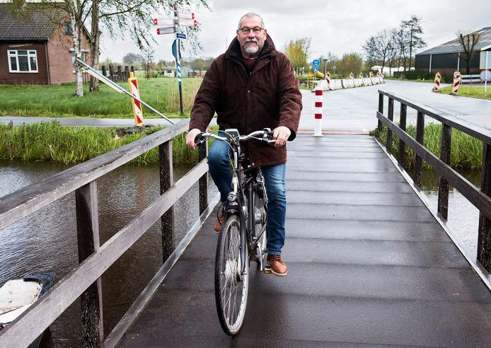 Pim Kruger op de tijdelijke fietsbrug in het dorp Kanis. De brug werd aangelegd in verband met de ophogingswerkzaamheden.