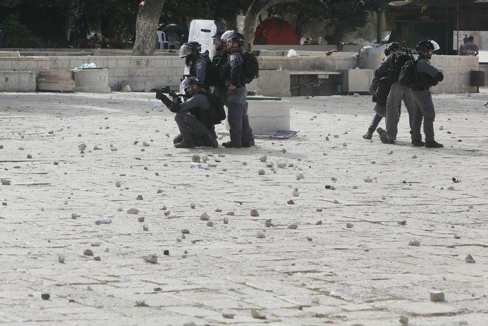 Leden van de Israëlische oproerpolitie kregen stenen naar zich gegooid en vuurden rubberkogels af.