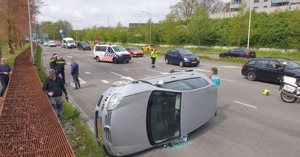 Auto belandt op zijkant door ongeluk in Nijmegen.