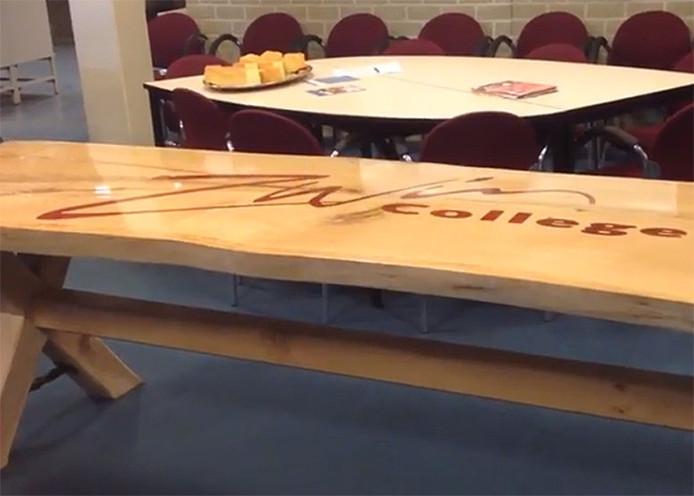 De boomstamtafel die gemaakt is door Rianne Termote.
