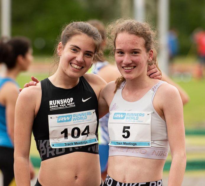 Bieke Schipperen (links) en Marit Griep van atletiekvereniging Scorpio.