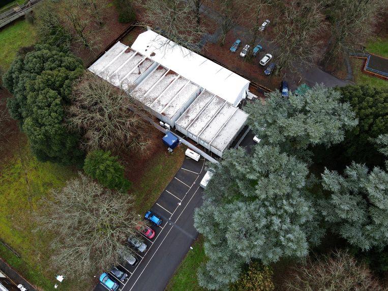 Een tijdelijk mortuarium is ingericht in Epsom, op het terrein van een voormalig hospitaal van de Britse luchtmacht. In het Verenigd Koninkrijk neemt het aantal covid-19-besmettingen snel toe.  Beeld REUTERS