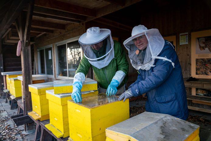 Arthur Ohm (rechts) en collega-imker Erwin Prins bij de bijenkasten op het Rhedense landgoed Heuven.