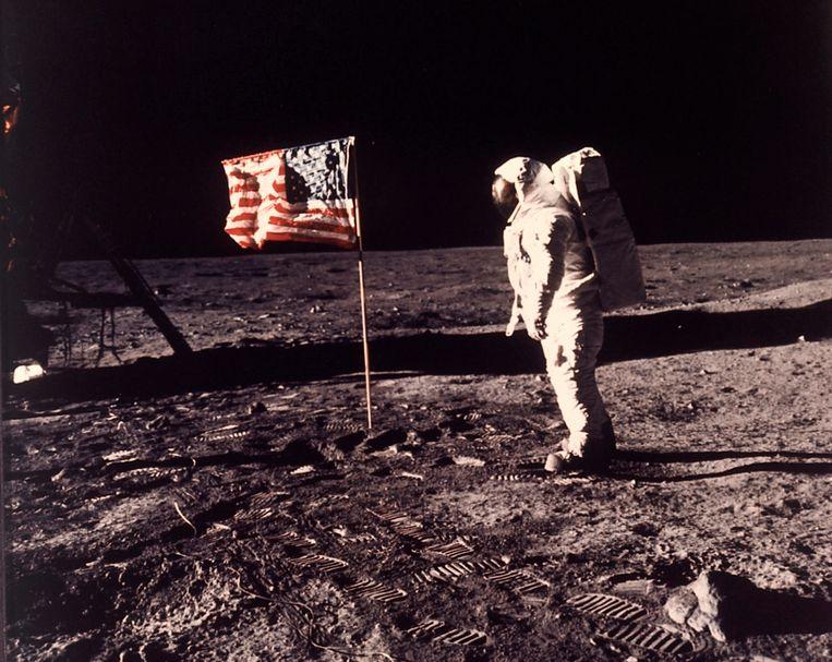 Buzz Aldrin bij de Amerikaanse vlag, 21 juli 1969. Danny Dorling: 'Ik zag als baby op een zwart-wit-tv live de eerste man op de maan. De rest van mijn leven gebeurde er amper nog iets.'  Beeld AP
