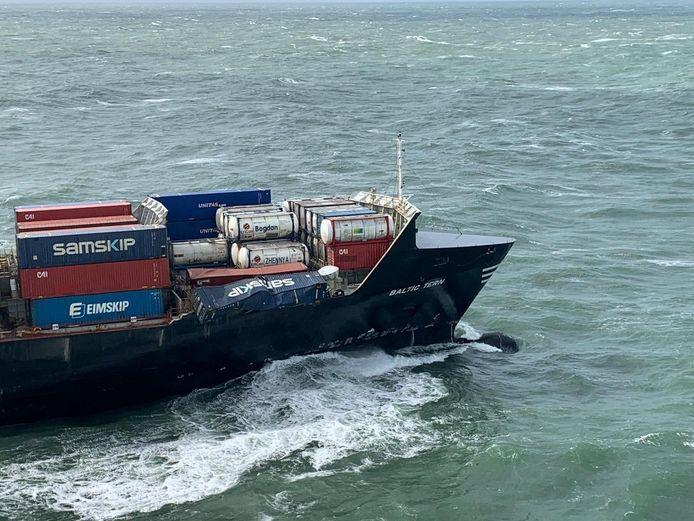 Het schip Baltic Tern dat vijf containers verloor op de Noordzee boven Ameland.