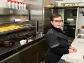 Mirella bakt al dertig jaar friet in legendarisch cafetaria Vuurens: 'Klanten vragen nu nog: doe je het niet in een krant?'
