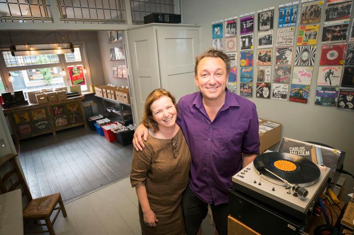 Marthy Coumans en vriendin Rianne de Witte in hun platenzaak Grey aan het van Coothplein. Zij verhuizen met de winkel naar Antwerpen.