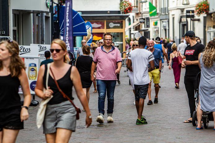 Verslaggever Rudi Hofman tijdens zijn rondje Deventer binnenstad op klompen.