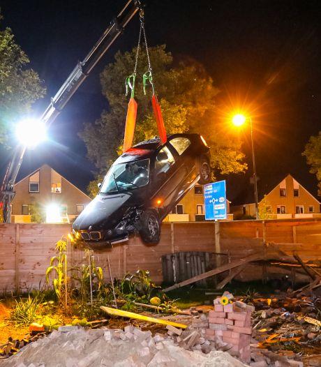 Een knal - kaboem! - en ineens staat een auto in de achtertuin van Theo