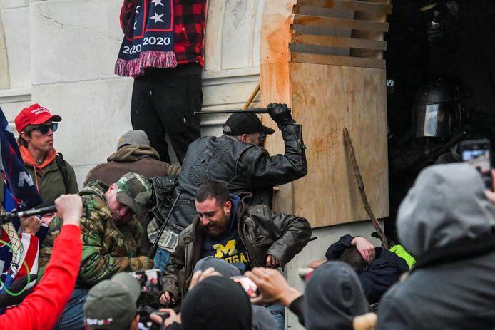 Relschoppers proberen in te breken in het Congresgebouw. Ze hebben stokken en wapenstokken bij zich. Volgens Wray hadden de betrokkenen allerhande wapens bij zich.