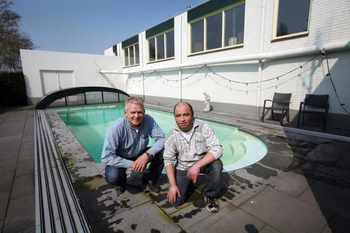 """Hovenier Wilbert Borgers, links, en klant Gerton Wiecherink in de tuin: """"Je kunt hier lekker relaxen.""""foto Erik van 't Hullenaar"""