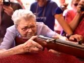 Luchtbuks Ria (99) houdt traditie in stand: ze schiet toch een foto op de kermis