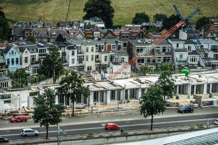 De 'Arnhemse Heeren' in aanbouw langs de Amsterdamseweg bij Arnhem Centraal, met op de achtergrond de woningen van de Sweers da Landasstraat in de Burgemeesterwijk en de weide van park Sonsbeek. De foto is gemaakt vanaf het dak de Rijntoren bij Arnhem Centraal.