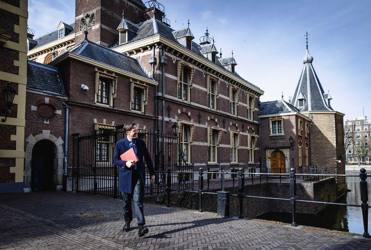 Demissionair premier Mark Rutte loopt langs het Torentje naar de Tweede Kamer voor het debat over de nieuwe spoedwet voor de avondklok. Beeld ANP