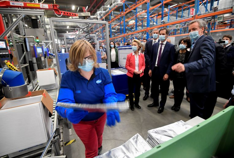 De voorzitter van de Europese Commissie Ursula von der Leyen en de Belgische premier Alexander De Croo bezoeken een fabriek van het Amerikaanse farmaceutische bedrijf Pfizer in België. Beeld Reuters