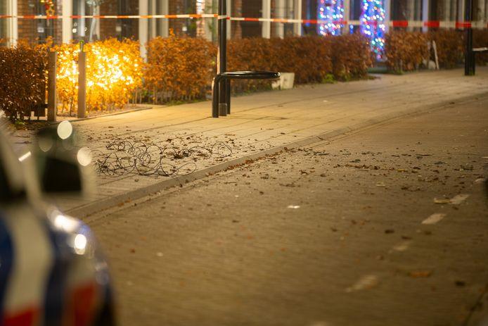 De straat werd gisteravond direct afgesloten na de aanrijding.  Er is een draad onder de struik verlicht door kerstverlichting.