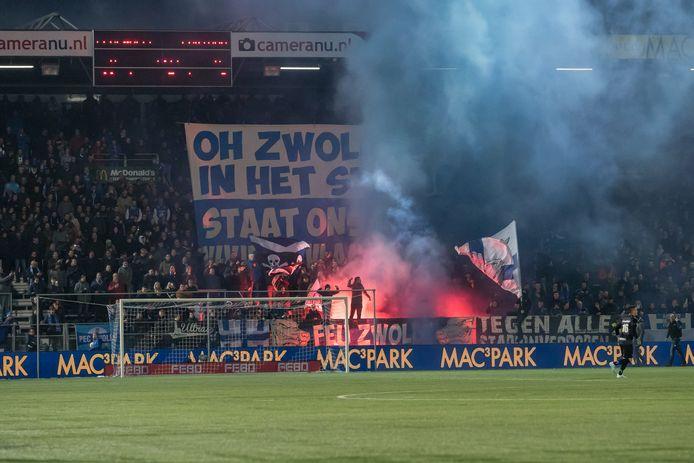 23-11-2019: Voetbal: PEC Zwolle v Fortuna Sittard: Zwolle Soccer Eredivisie 2019-2020 L-R supporters van pec zwolle vuurwerk voor de wedstrijd