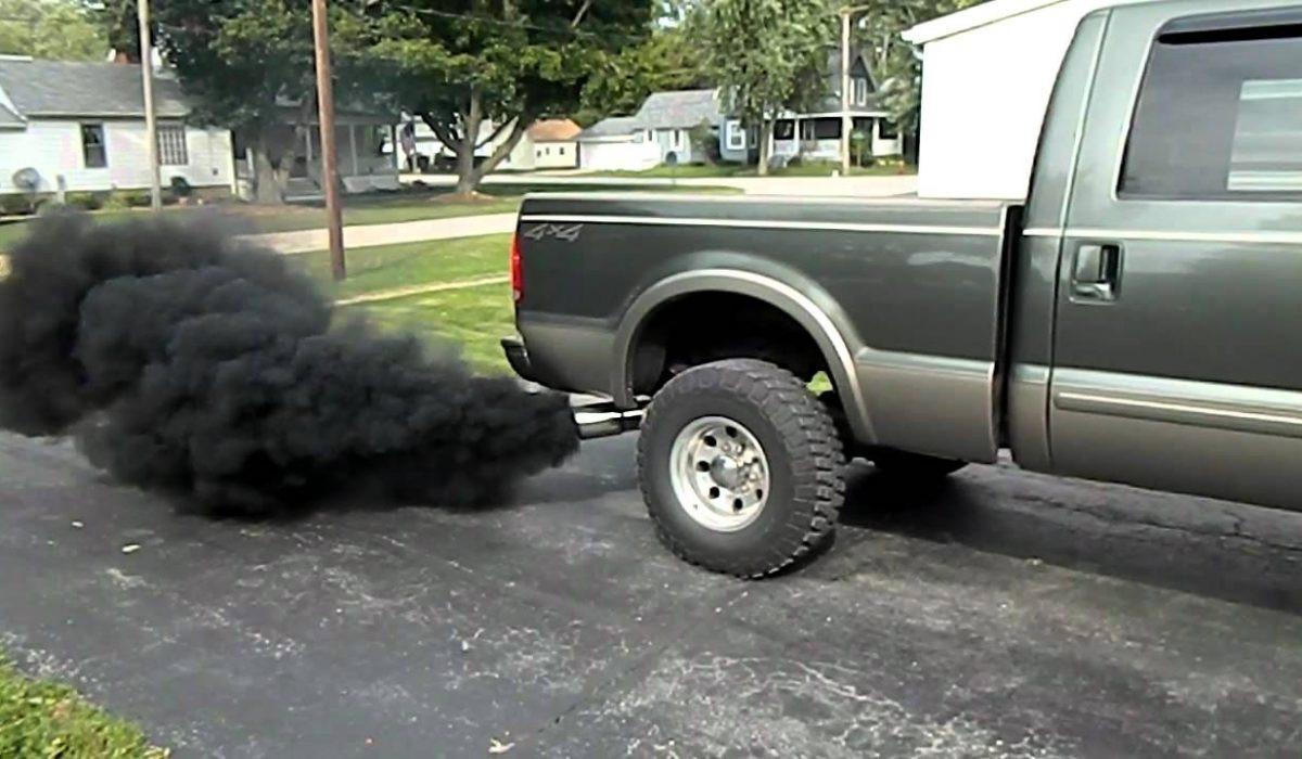Zo vervuilend kan een auto zijn. Een roetfiltertest in de apk moet er paal en perk aan stellen