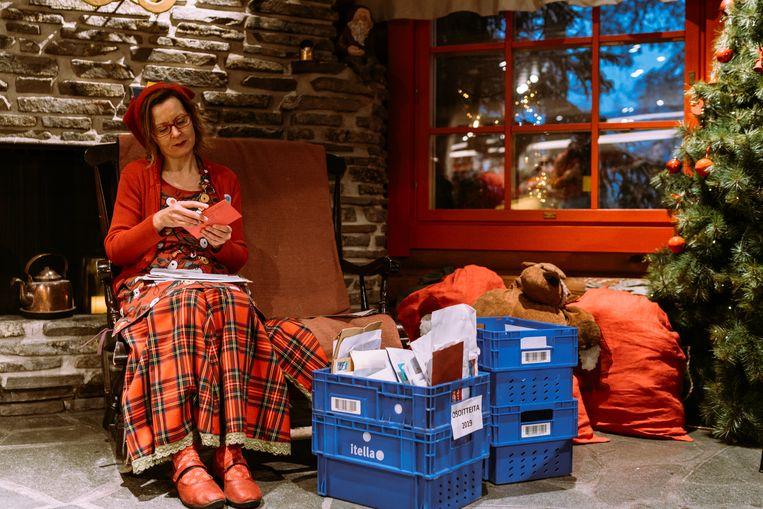 De postelf Katja opent alle brieven die met de Finse post arriveren. Beeld Rebecca Fertinel