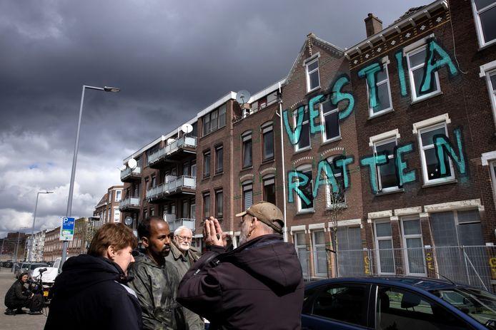 Bewoners van de Tweebosbuurt in gesprek bij de ondergekalkte panden.