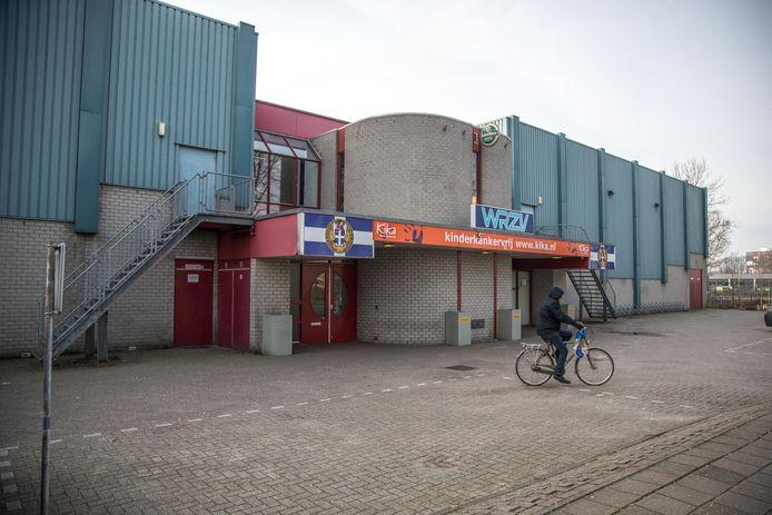De nieuwbouw van de WRZV-hallen op bedrijventerrein Voorsterpoort kan voorlopig nog niet beginnen. Door de stikstofcrisis kan de gemeente Zwolle nog geen vergunning voor het project verlenen. Dat levert overigens niet direct problemen, de huidige WRZV-hallen (foto) blijven tot die tijd gewoon dienst doen.