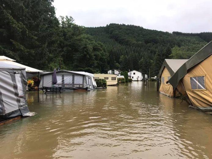 Het hoge water zette een camping en brasserie in het Zuid-Belgische Ouren onder water. Harry Huisjes uit Gramsbergen zag het gebeuren.