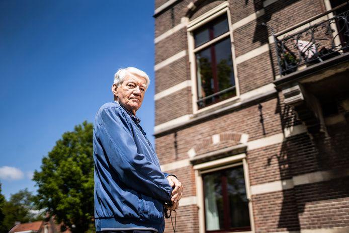 Willem Looijs bij de kamer met balkon van het Elisabeths Gasthuis waar tijdens de Slag om Arnhem granaten insloegen.