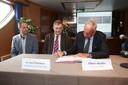 Gedelegeerd bestuurder Leo Clinckers van Waterwegen en Zeekanaal kijkt toe terwijl voorzitter Albert Absillis de protocolovereenkomst ondertekent in 2014.