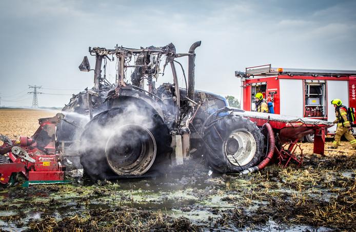 De uitgebrande tractor langs de Oud-Bonaventurasedijk in Strijen.