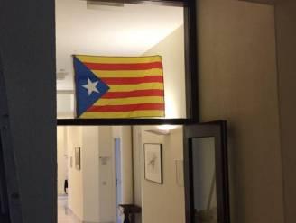 N-VA'ers hangen Catalaanse vlag in Kamer en Vlaams Parlement keurt Catalonië-resolutie goed