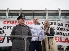 Pegida-leider demonstreert in dwangbuis bij afgeblazen rechtszaak